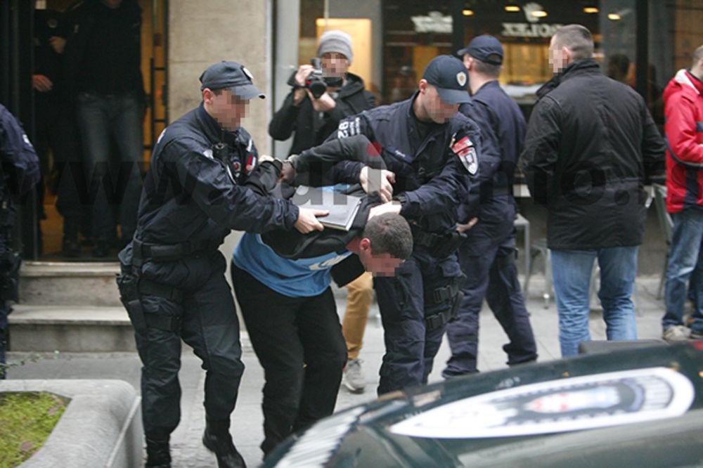 (FOTO) RACIJA U CENTRU BEOGRADA: Pogledajte kako je uhapšeno 5 naoružanih mladića!