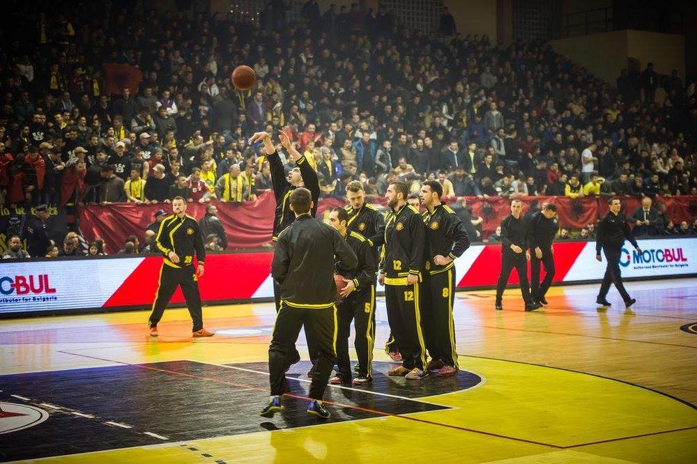 """(VIDEO) NOVI SKANDAL ALBANACA: Navijači Peći skandirali """"Ubij, Srbina"""" na meču protiv Sutjeske"""