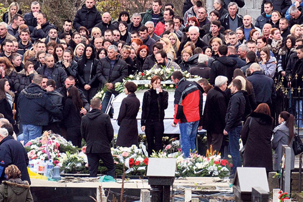 Poslednji ispraćaj... Nekoliko stotina ljudi na sahrani male Elene