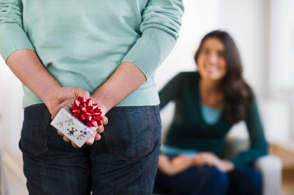 MRAK NA OČI: Evo šta sve poklanjaju muškarci za Božić dok se ženama diže kosa na glavi