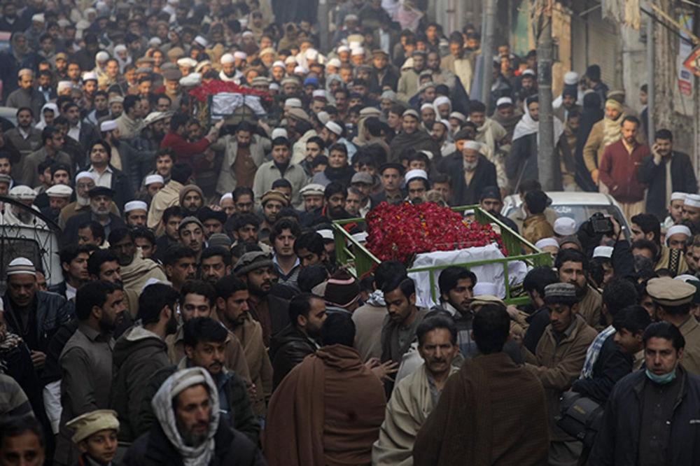 (VIDEO) PAKISTAN ZAVIJEN U CRNO: Počela trodnevna žalost za 141 žrtvom napada talibana