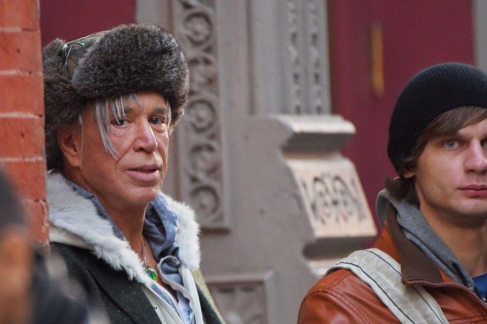 (FOTO) NA ŠTA TO LIČI MIKI RURK: Iz teretane izašao sa ženskom tašnom, šubarom i helankama!