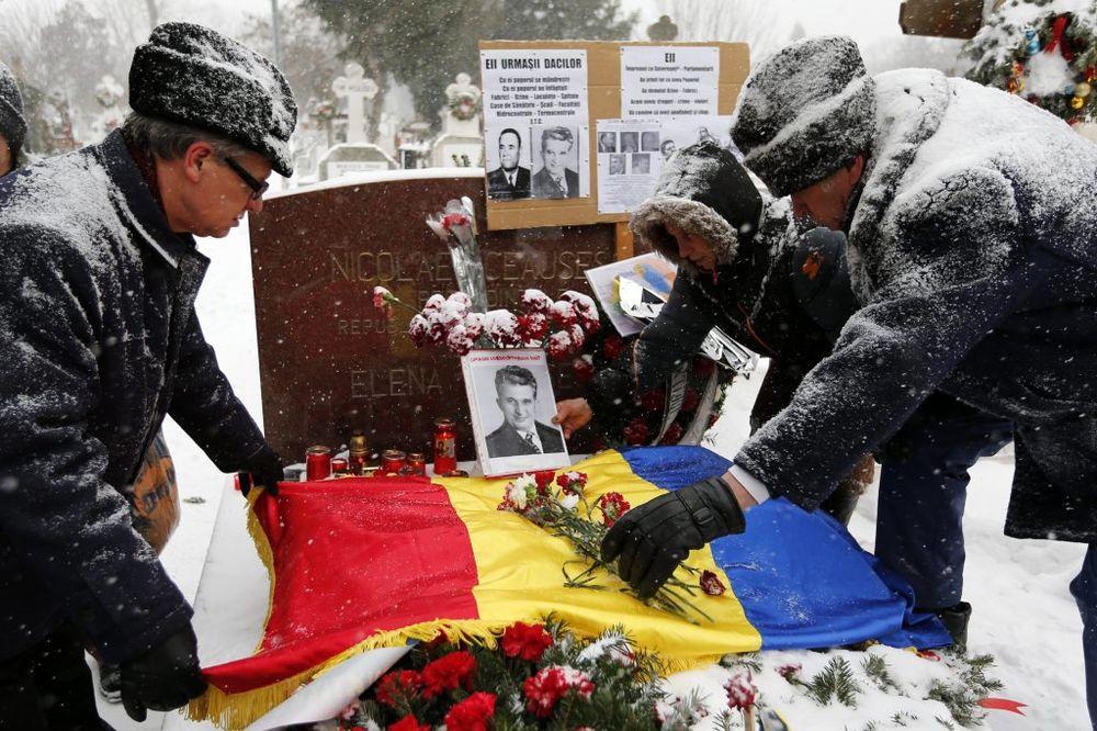 Pristalice se i danas okupljaju kod groba bračnog para Čaušesku (Foto: Reuters)