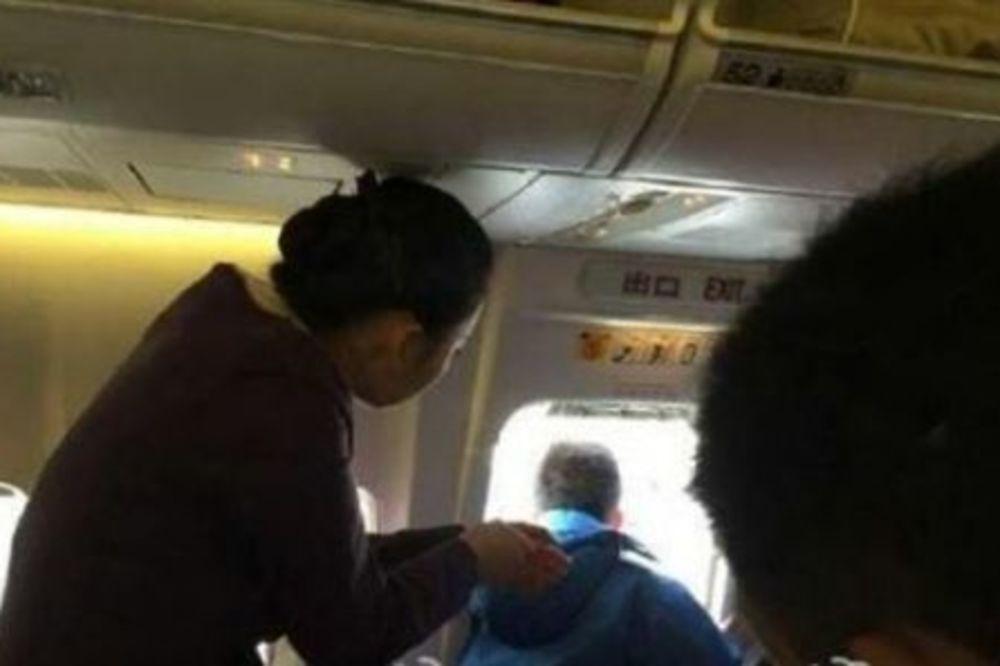 SUVI GENIJE: Putnik otvorio vrata aviona da se proluftira!