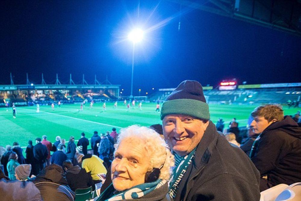 NEMA DALJE: Slepa bakica 17 godina nije propustila utakmicu voljenog kluba
