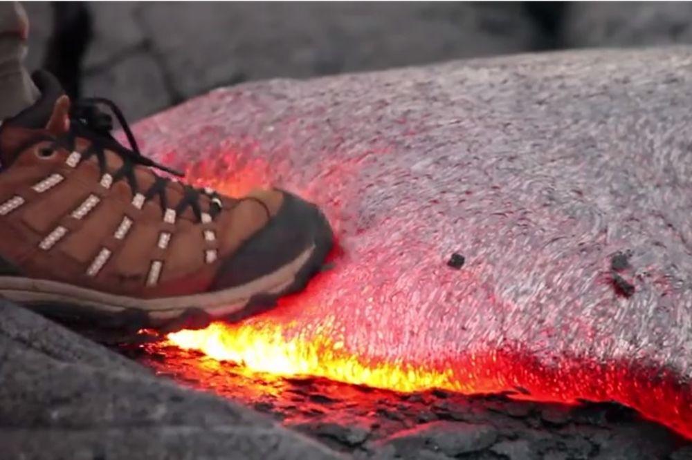 ZGAZITE LAVU: Evo šta će se dogoditi u kontaktu sa užarenom masom! (VIDEO)