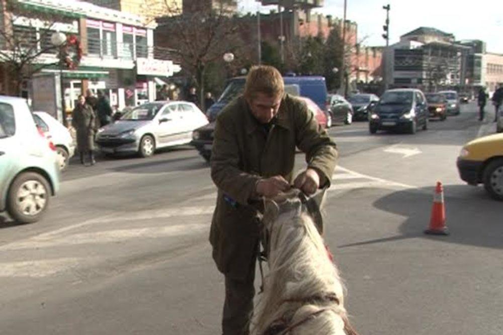 STRAŠNO: Siledžija u Jagodini šipkom brutalno pretukao iznemoglog konja i polomio mu nogu!