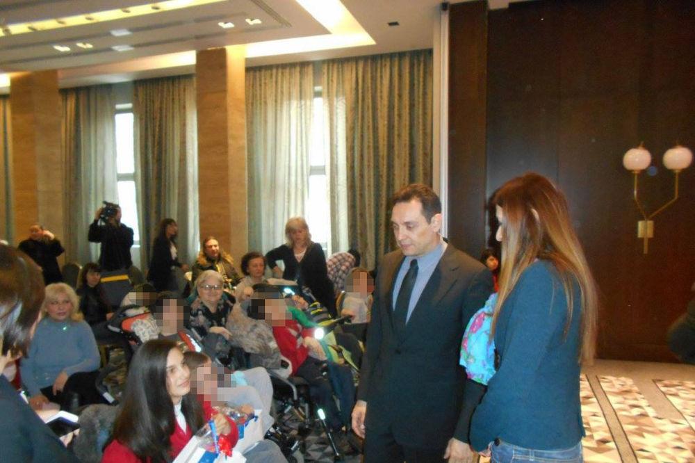 JOŠ JEDNA VULINOVA SRAMOTA: Bolesnoj deci podelio paketiće vredne nekoliko stotina dinara!