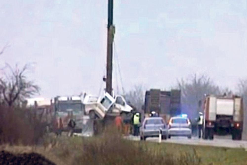 SUDAR KAMIONA I HITNE POMOĆI: Dvoje poginulo, troje povređeno kod Zrenjanina!