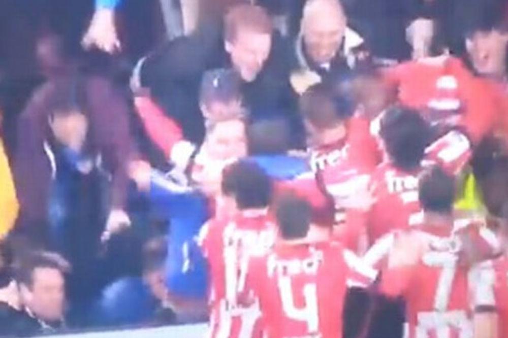 (VIDEO) UMALO TRAGEDIJA: Navijači PSV-a srušili ogradu dok su slavili s igračima