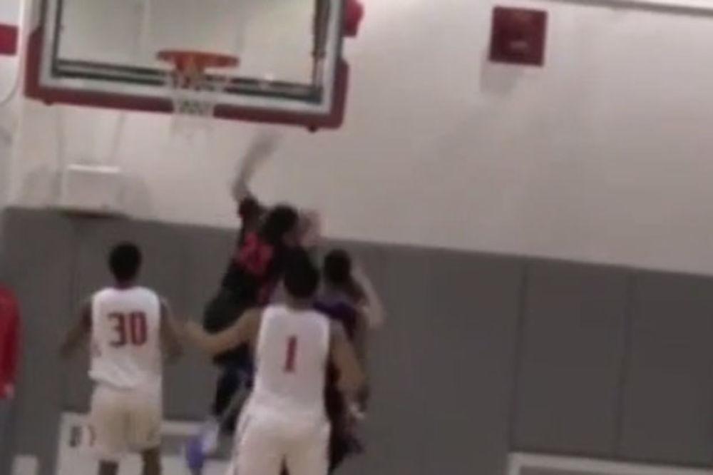 (VIDEO) TALENAT NEKAD I ZABOLI: Košarkaš sleteo glavom na tablu