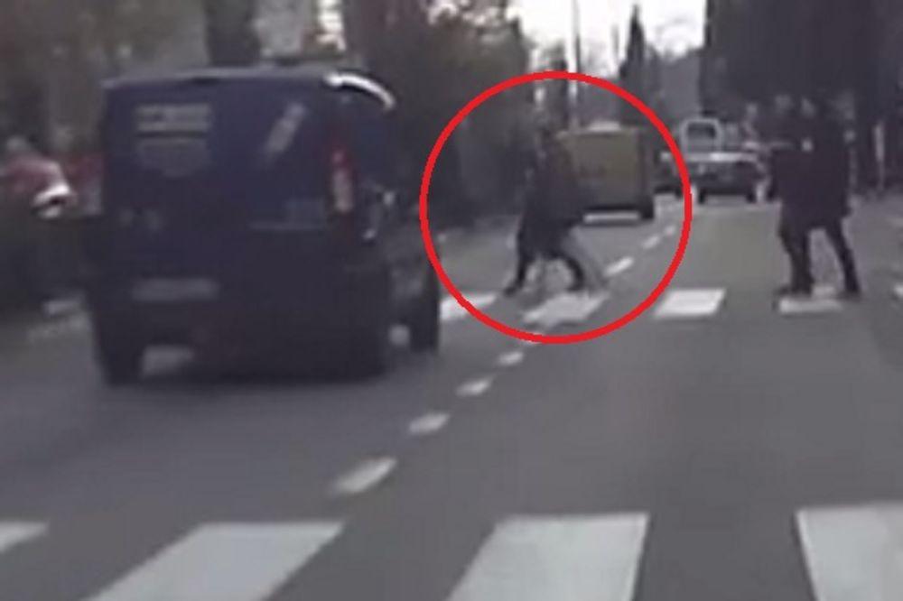 (VIDEO) CRNOGORKA OD KAMENA: Pogledajte kako ju je udario auto, a ona ustala i otišla!