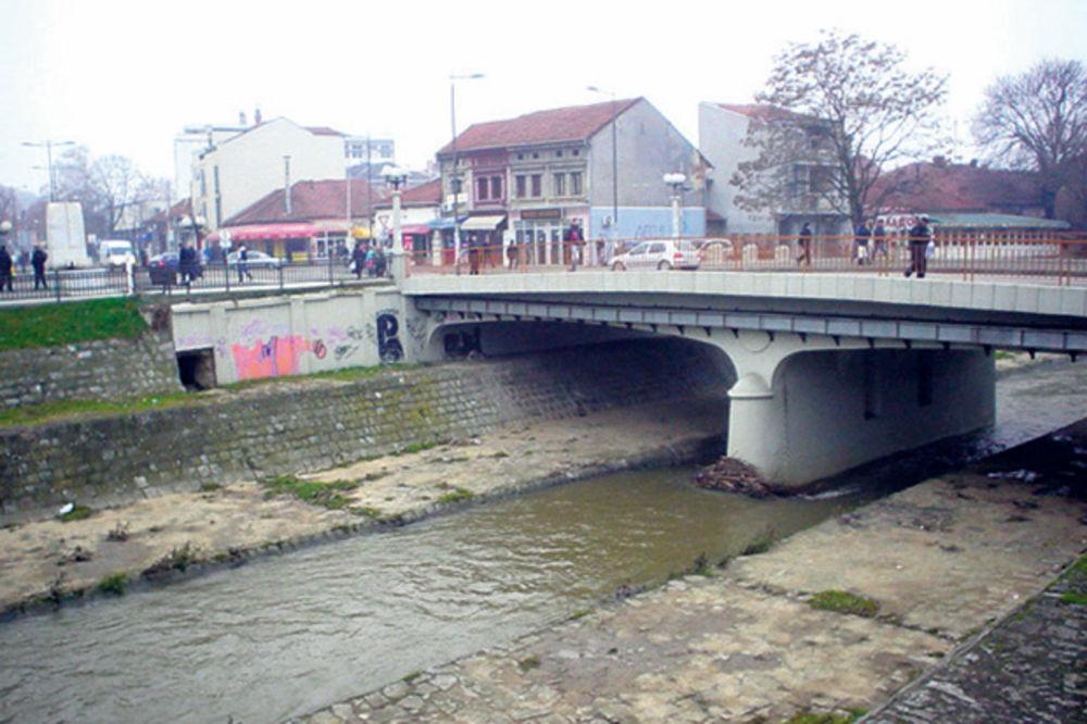 Pokušaj samoubistva: Pao na beton umesto u reku