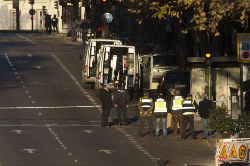 SA DVE PLINSKE BOCE: Propali biznismen uleteo autom u sedište premijerove stranke