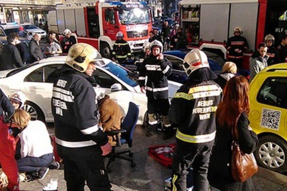 (FOTO) NAGAZIO GAS DO DASKE: BMW udario u parkirani mercedes i bacio ga na pešake!