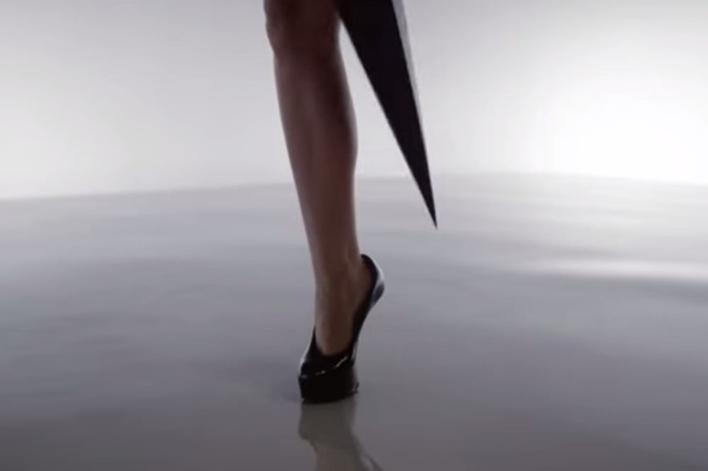 (VIDEO) Ona ima jednu nogu i to joj uopšte ne smeta da snima seksi spotove!