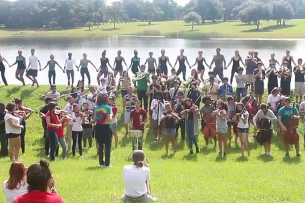 (VIDEO) NAUČIO IH SRPSKI PROFESOR: Amerikanci na Floridi sviraju i igraju kolce uz Marš na Drinu