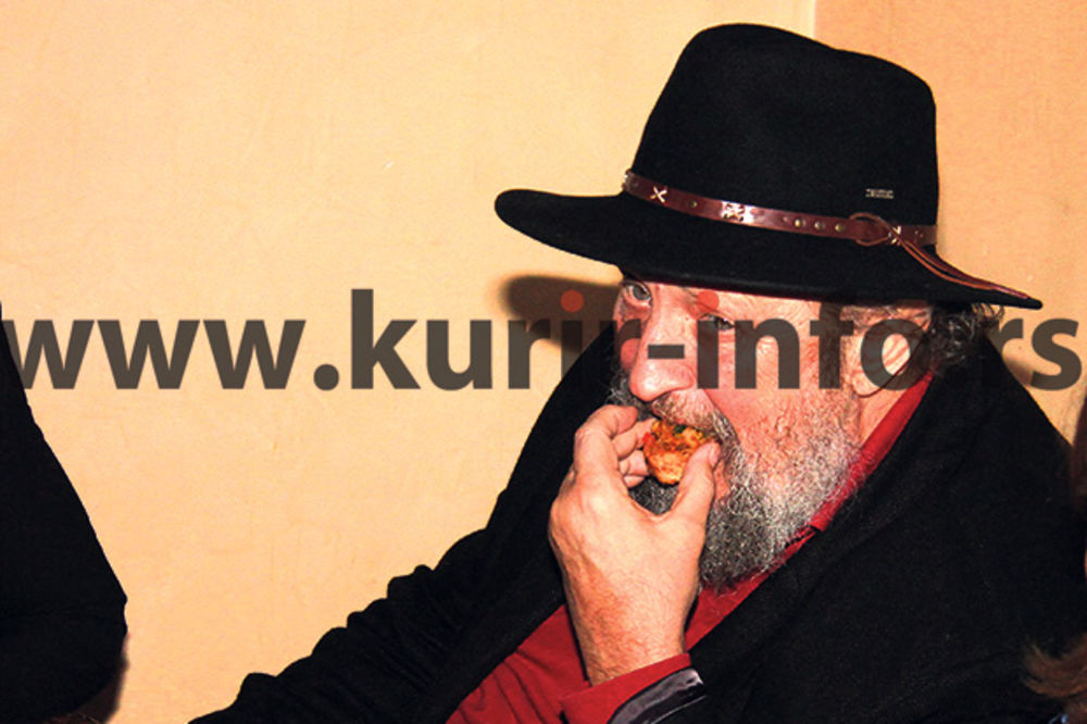 PAPARACO: Petar Božović nije ispuštao pivo i sendviče!