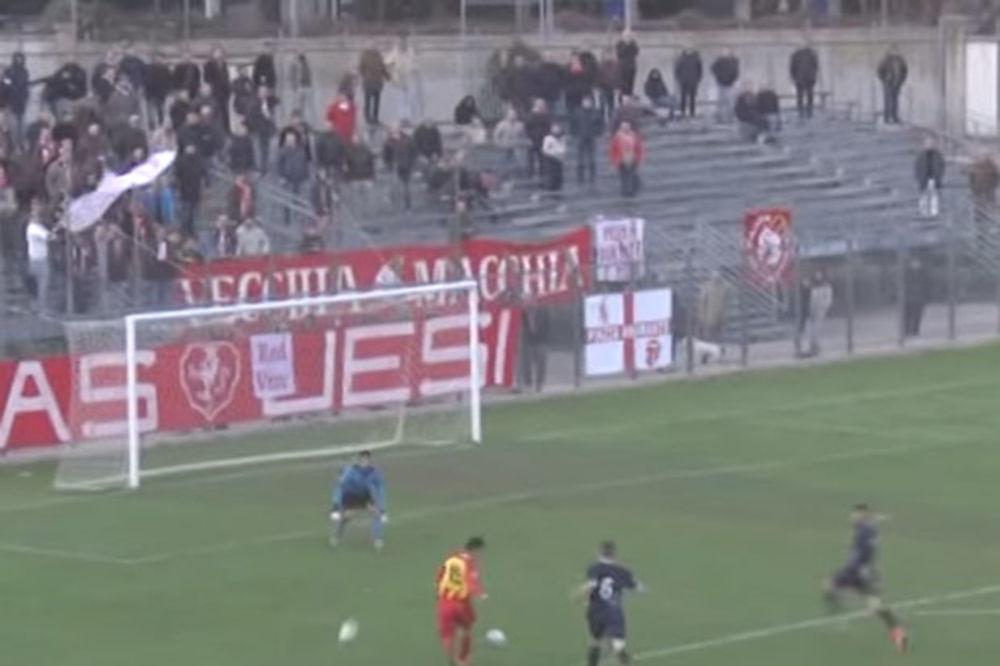 (VIDEO) ŠTA TI BI, ČOVEČE: Pogledajte kako je trener pokušao da prekine akciju protivničkog tima