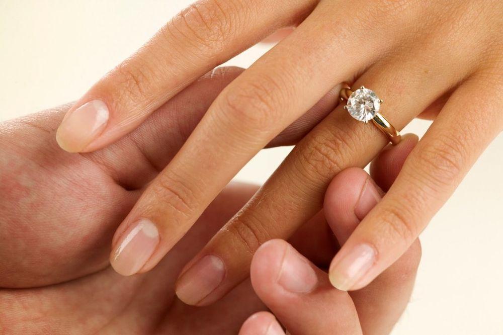 TRADICIJA: Zašto devojke dobijaju verenički prsten i kako se on nosi