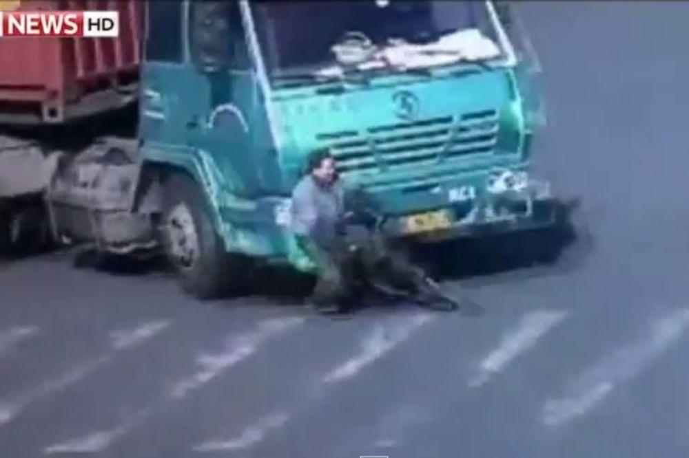 PREVARIO SMRT: Kineskog biciklistu pregazio kamion, a on ustao i odšetao