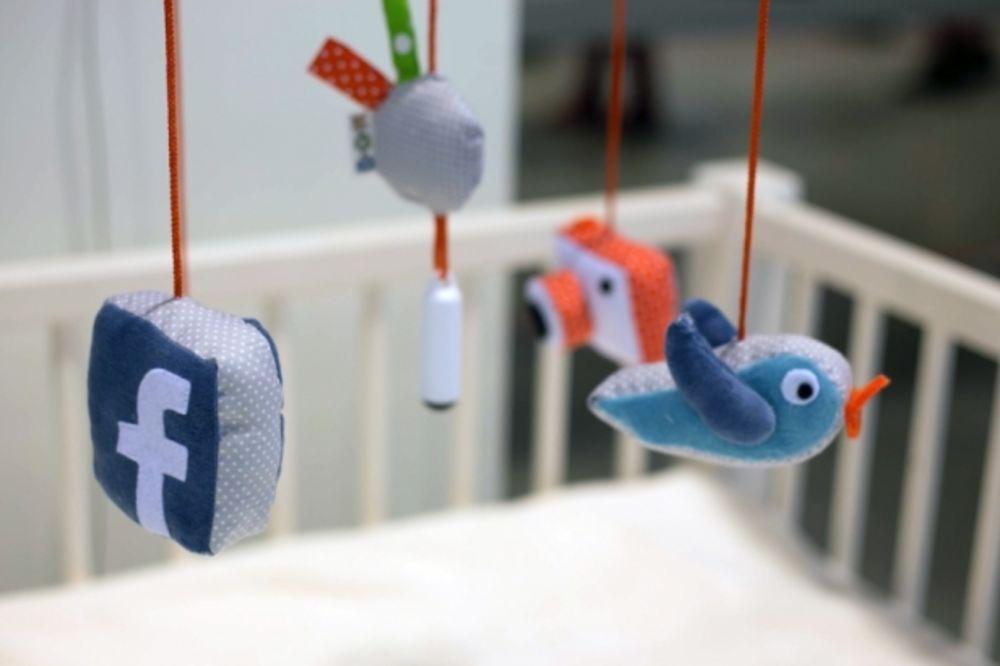 JEZIVO ILI SIMPATIČNO: Napravljena selfi igračka za bebe!