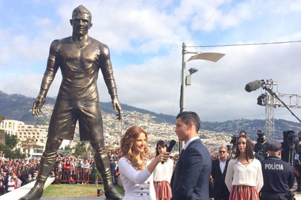 (FOTO) FUDBALSKI KRALJ: Ronaldo dobio statuu u rodnom gradu