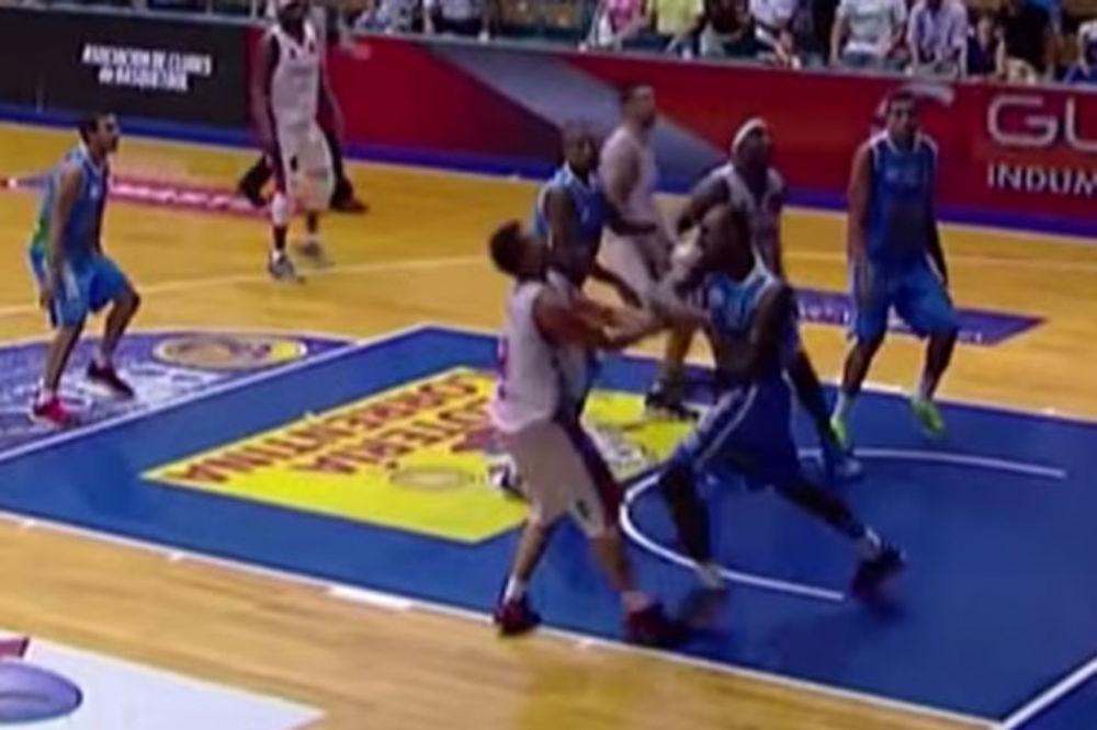 (VIDEO) OVO SE NE VIĐA NI U BOKSU: Košarkaš Regatasa nokautirao protivničkog igrača