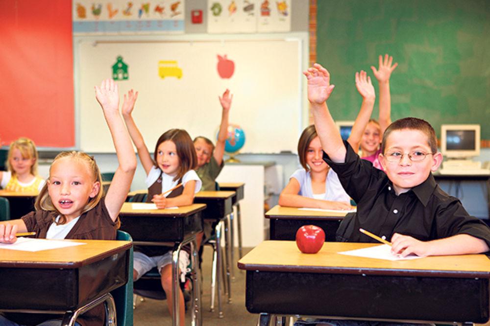 DNO U ŠKOLAMA: Kursadžije deci predaju engleski!