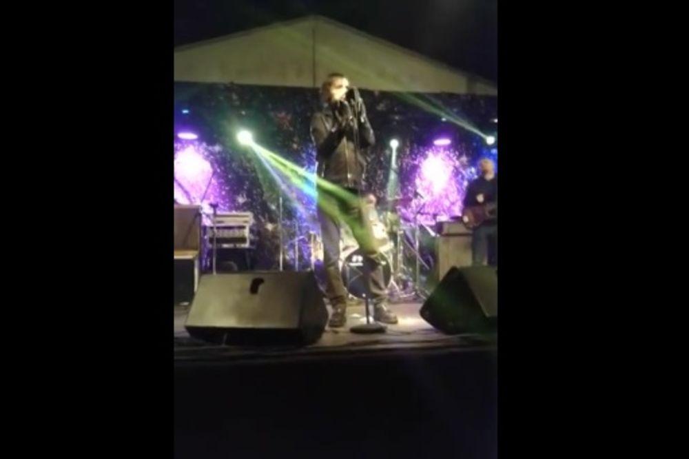 (VIDEO) PREKINUO KONCERT: Bare iz Majki sočnim psovkama izvređao publiku!