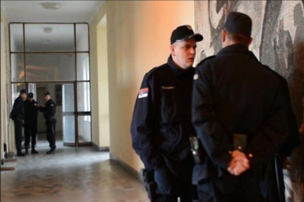 (VIDEO) POLICIJA UPALA U ZASTAVU ORUŽJE:Inspektori češljaju poslovanje, a radnici negoduju