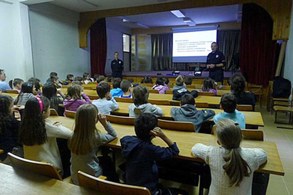 PREDAVANJE ŠKOLARCIMA NA ZVEZDARI: Komunalni policajci osnovce učili komunalnom redu