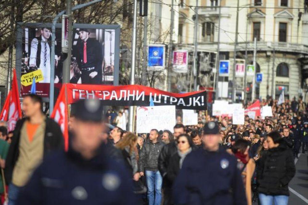 (FOTO) ZAVRŠEN PROTEST PROSVETARA: Đaci neće dobiti knjižice, sindikati predali zahteve