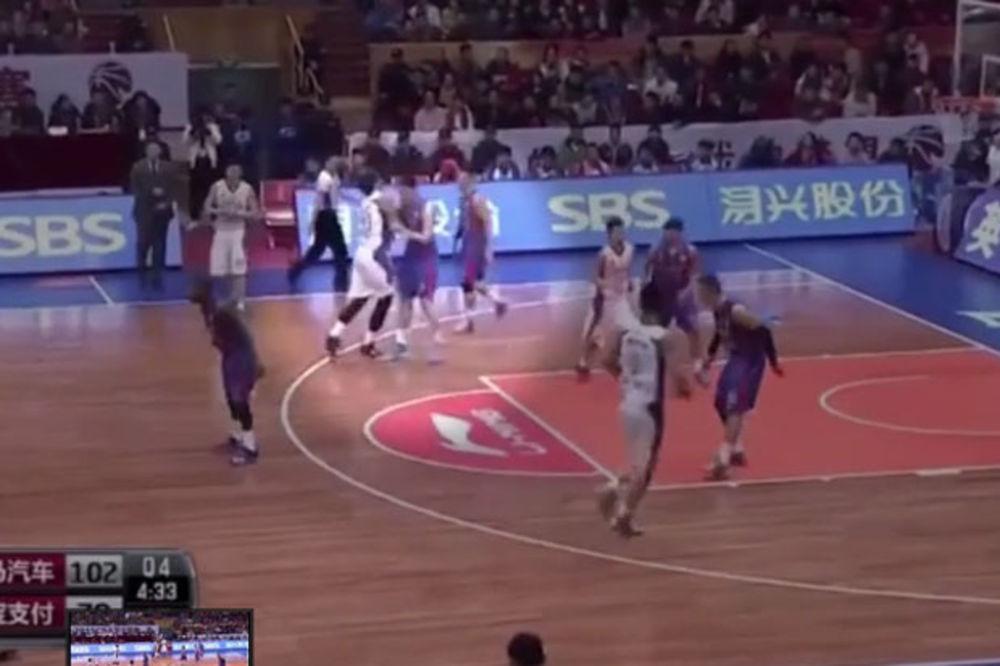 (VIDEO) OPŠTI HAOS: Pogledajte masovnu tuču košarkaša u Kini