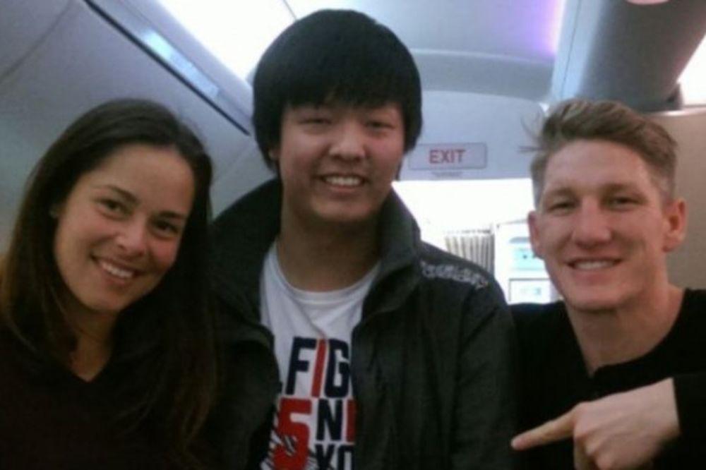 PTIČICA: Ana uslikana zajedno sa svojim momkom Švajnijem na letu za Melburn