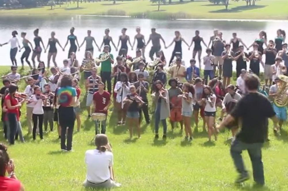 (VIDEO) SRBENDA: Naučio mlade Amerikance da igraju kolo i sviraju Marš na Drinu!
