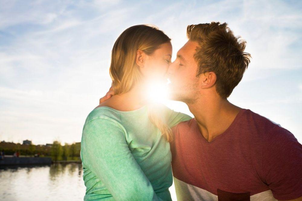 GORE OD ALKOHOLA I CIGARETA: Francuski poljubac uzrokuje rak grla?