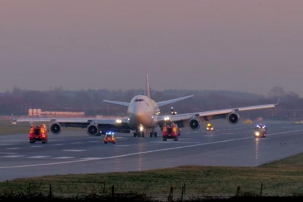 BOING 747 LUPIO TOČKOVIMA PA SE NAGNUO: Pogledajte dramatično sletanje bez trapa! (VIDEO)