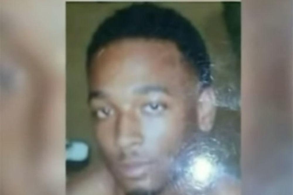 (VIDEO) OBDUKCIJA: Policajac belac s leđa upucao mladog crnca