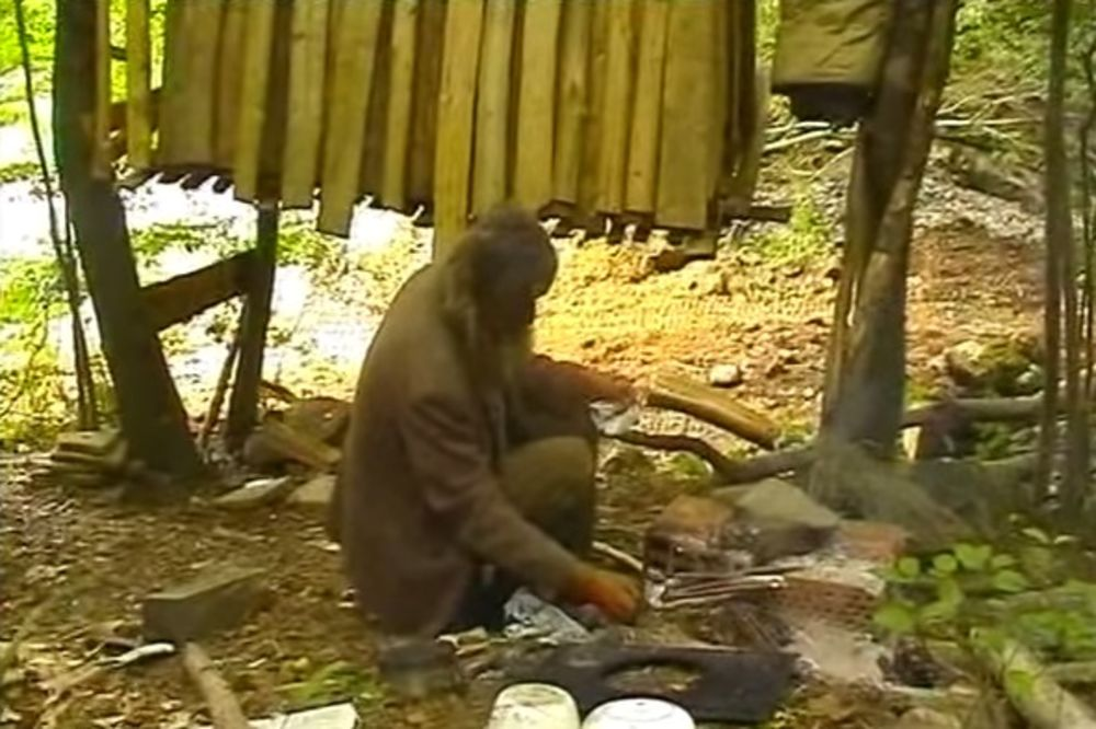 (VIDEO) ZAVRŠIO NA GRANI: Miliju (74) napustila Packane, pa on već 18 godina leči rane u šumi