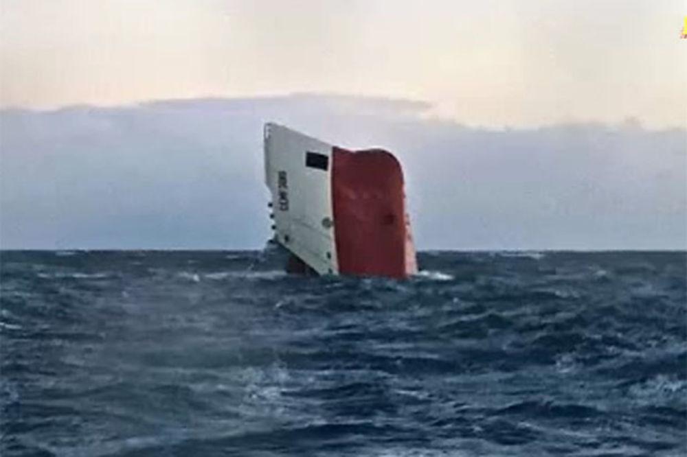 (VIDEO) DRAMA NA MORU: Prevrnuo se brod kod Škotske, cela posada izginula!