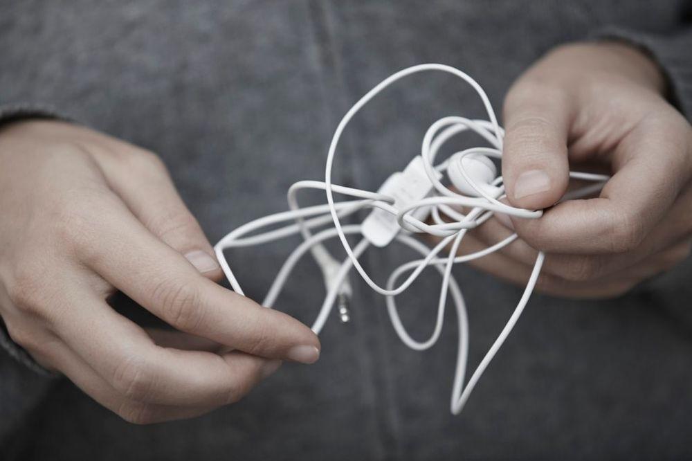(VIDEO) PAMETNO REŠENJE: 5 načina da spakujete slušalice a da se ne zamrse