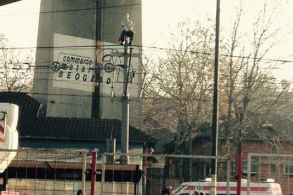 (VIDEO) POGLEDAJTE SPASAVANJE DEČAKA: Štićenika doma nepovređenog spustili s tramvajske bandere!