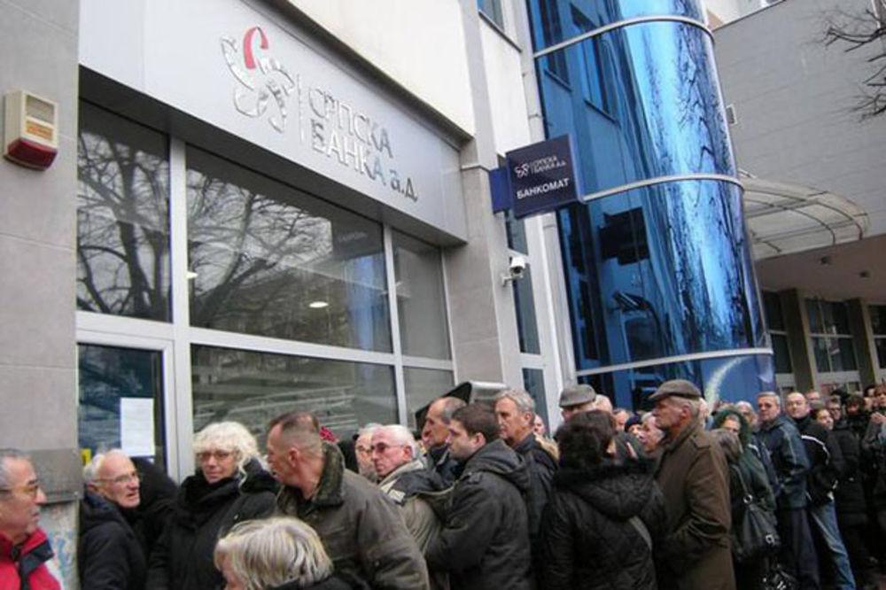 PADAJU U NESVEST ISPRED SRPSKE BANKE: 1.000 ljudi u Kraljevu čeka da ugasi račun