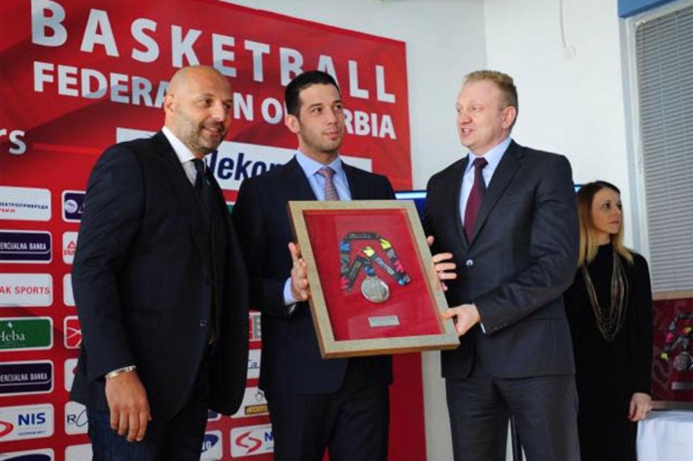ZAHVALNOST ZA POMOĆ DRŽAVE: Đilas uručuje medalju Vučiću