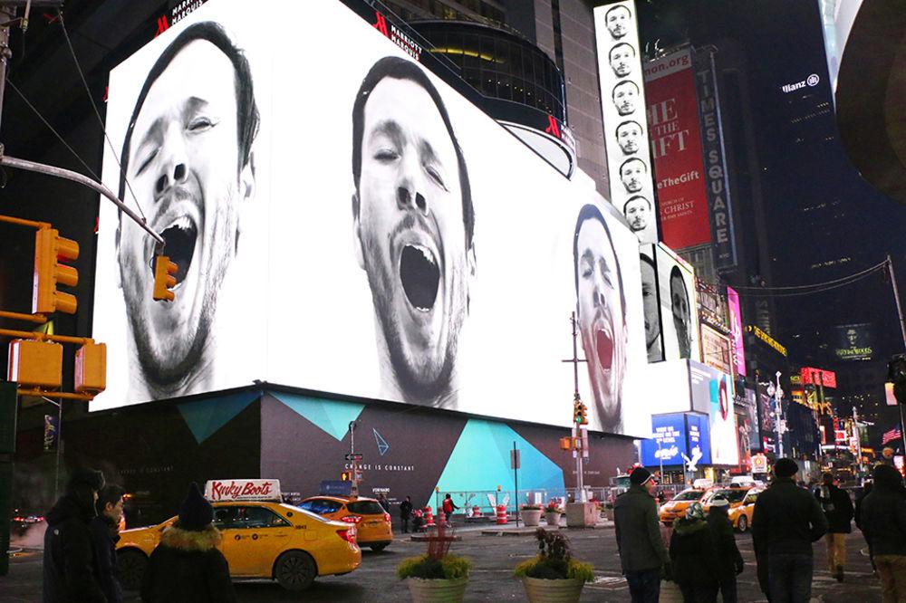 SEBASTIJANOVA PORUKA: Zevanjem na Tajms skveru protiv agresivnih reklama