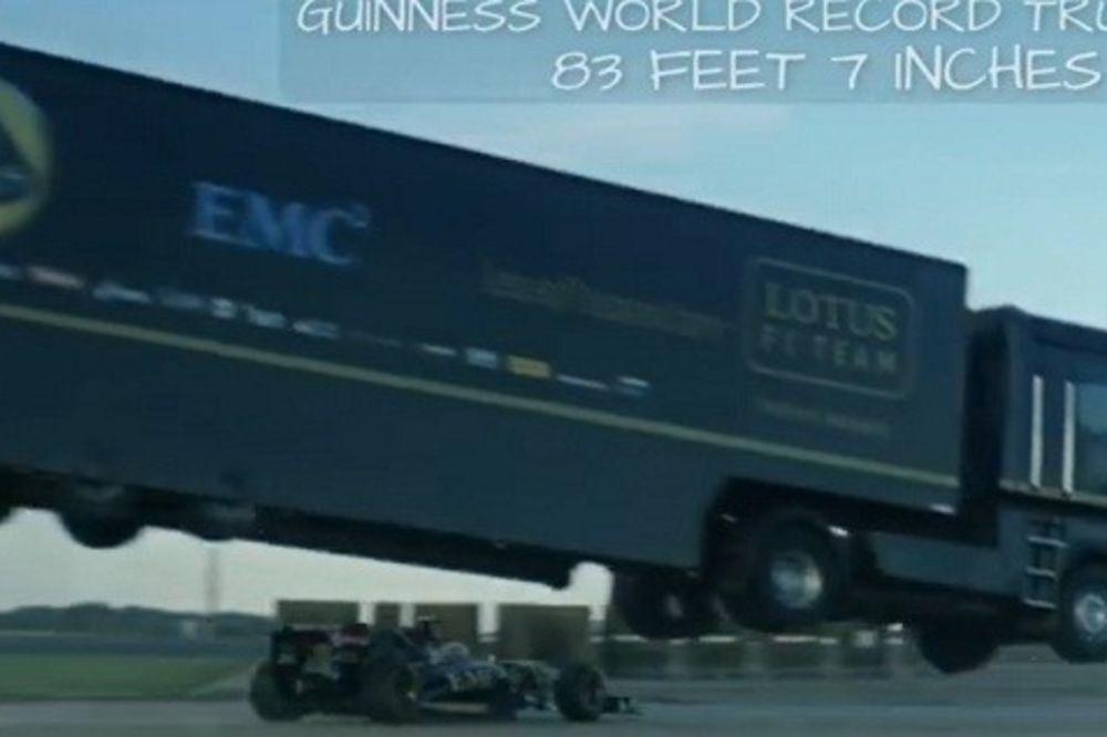 (VIDEO) ZA GINISA: Pogledajte kako kamion leti 25 metara i preleće bolid Formule 1