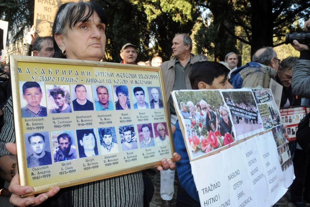 PROTEST RASELJENIH U PODGORICI: Tači, ubico, adresa ti je u Hagu, a ne u Crnoj Gori