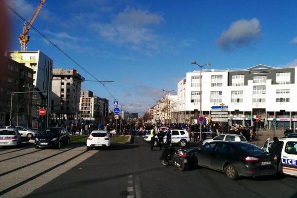 (VIDEO) GOTOVA TALAČKA KRIZA U PARIZU: Otmičar se predao policiji!