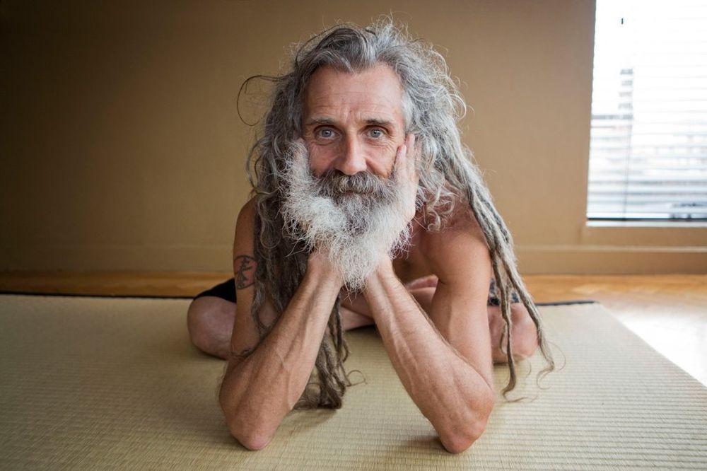 (FOTO) Stjuart je joga učitelj svetskih lepotica, a kosu pere jednom godišnje!